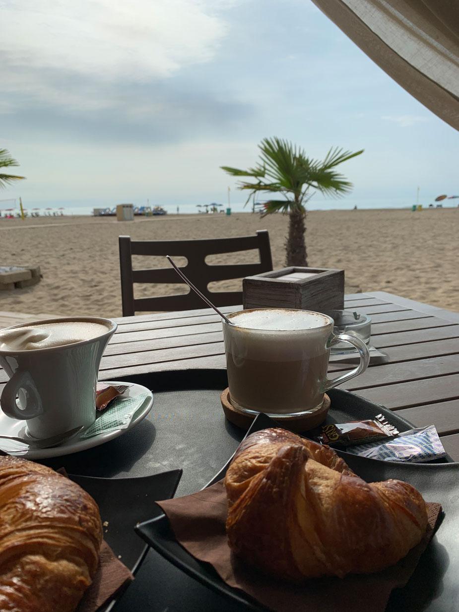 Mit einem leckeren Cappuccino den Tag beginnen.