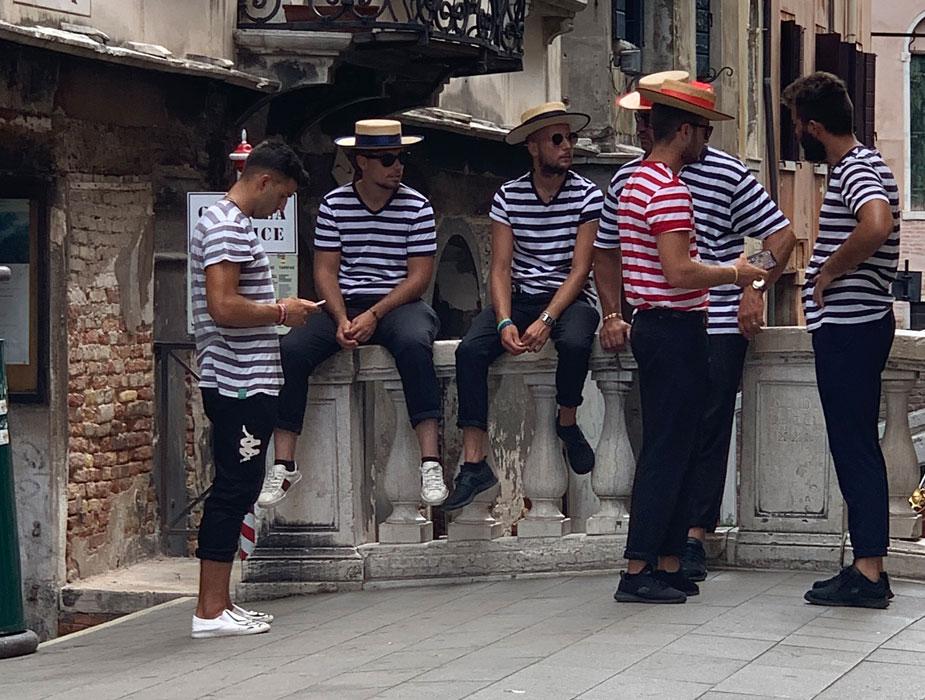 Gondolere – immer traditionell gestreift und mit Hut
